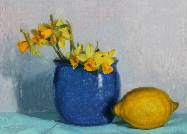 Realist, impressionist, contemporary realism, alla prima oil painting of daffodils in a blue vase with lemon by Rosemary Lewis